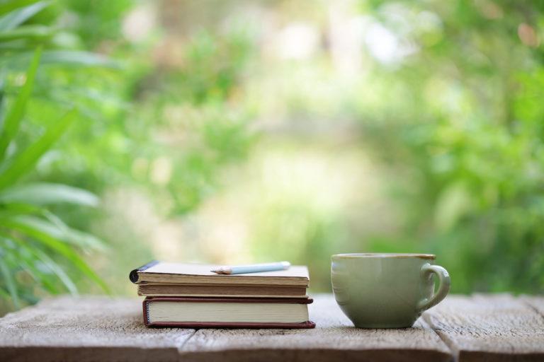 Livre d'écriture et tasse de thé